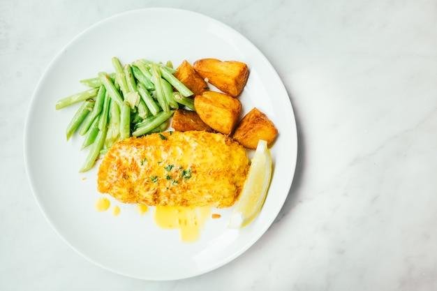 Жареный куриный стейк с лимоном и овощами
