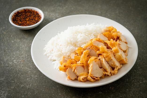 Жареный цыпленок, посыпанный рисом с острым соусом для макания
