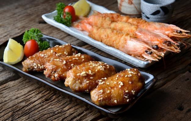 Жареное куриное крылышко с креветками в остром соусе по-японски.