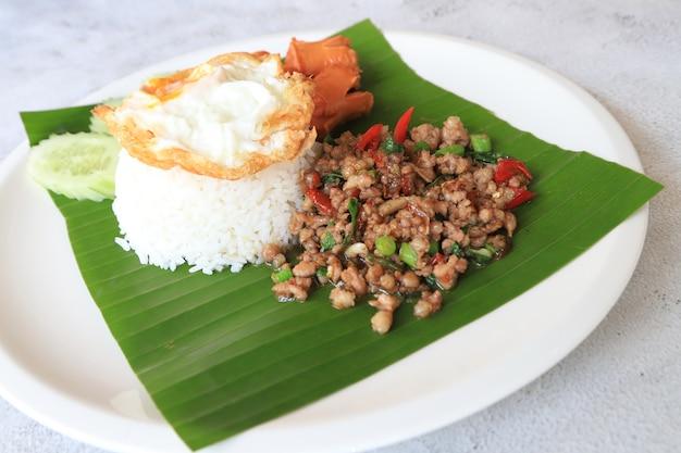 접시에 튀긴 닭 날개 아시아에서 좋아하는 음식