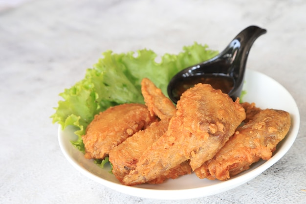Жареные куриные крылышки на тарелке любимое блюдо по-азиатски