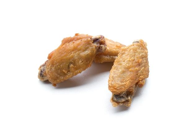 튀긴 닭 날개와 바삭한 마늘 흰색 배경에 고립