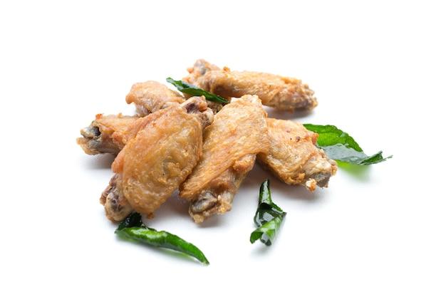 Жареные куриные крылышки и хрустящий чеснок, изолированные на белом фоне
