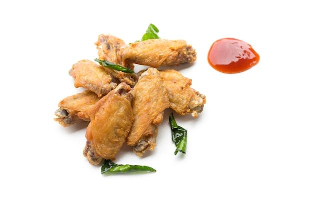 튀긴 닭 날개와 케첩 흰색 배경에 고립