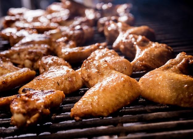 그릴 바베큐에서 닭 날개 튀김. 레스토랑.