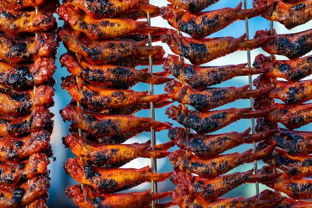 말레이시아 보르네오 섬 코타키나발루의 길거리 음식 시장에서 프라이드 치킨 윙이 닫힙니다.