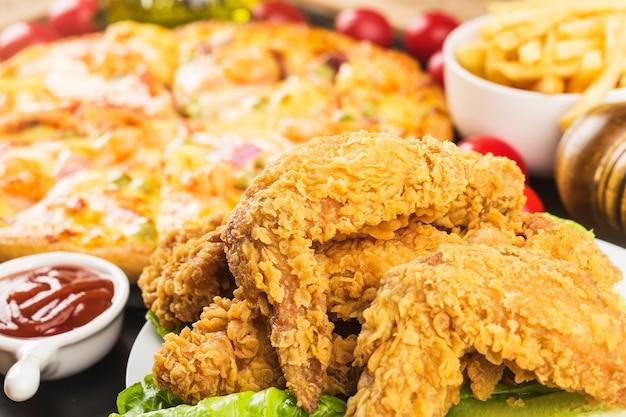 나무 테이블에 튀긴 닭 날개입니다.