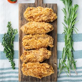 화이트에 튀긴 닭 날개 부분