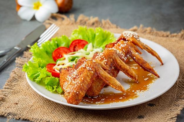 생선 소스와 달콤한 생선 소스로 튀긴 닭 날개.