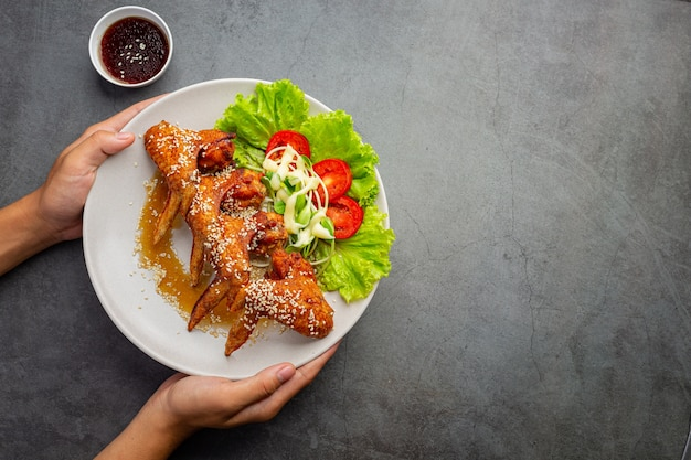 Жареные куриные крылышки с рыбным соусом и сладким рыбным соусом.