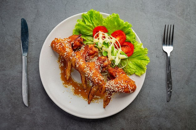 Alette di pollo fritte con salsa di pesce e salsa di pesce dolce.