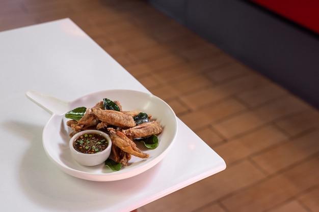 Жареные куриные крылышки с рыбным соусом