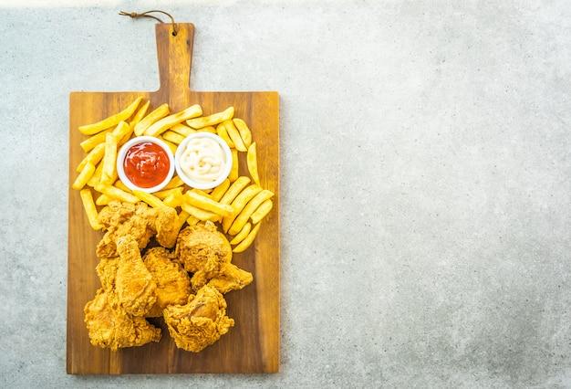 감자 튀김과 토마토와 튀긴 닭 날개