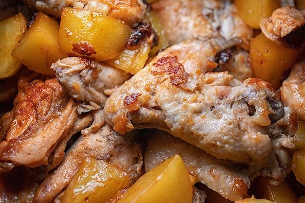 手羽先のフライパンを鍋で調理し、被写界深度を浅くしたクローズアップ