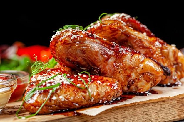 Жареные куриные крылышки с томатным соусом и кунжутом