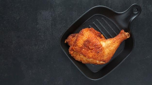 검은 냄비와 프라이드 치킨