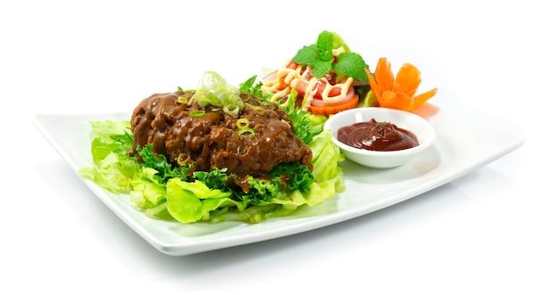 フライドチキンとカレーソースの日本食スタイルのトマトソースとサラダ野菜のサイドビュー