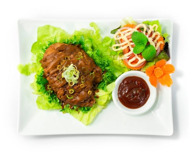 フライドチキンとカレーソースの日本食スタイルのトマトソースとサラダ野菜のトップビュー