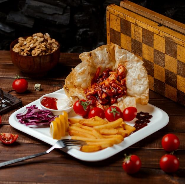 フライドポテトと野菜のフライドチキン