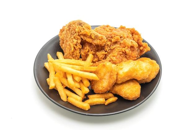 Жареный цыпленок с картофелем фри и наггетсами (нездоровая и нездоровая пища)