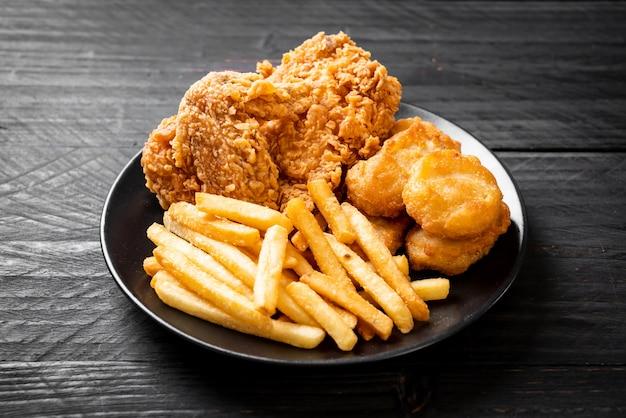 Жареная курица с картофелем фри и наггетсом