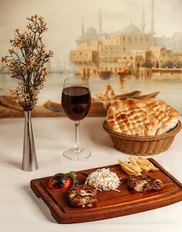 フライドポテトと木の板にご飯とフライドチキン