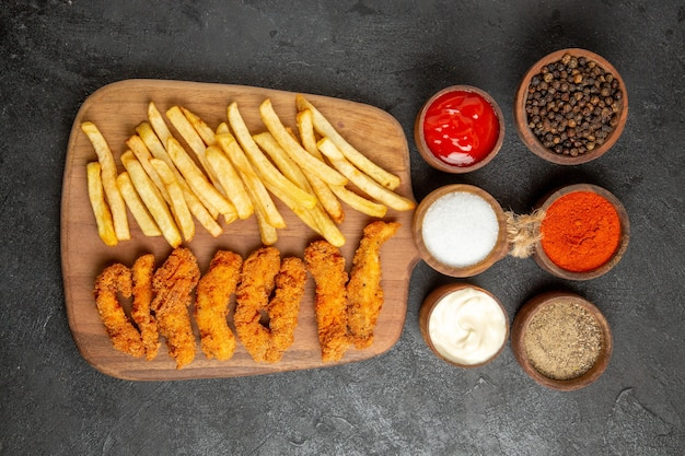 Pollo fritto con patate fritte per festeggiare