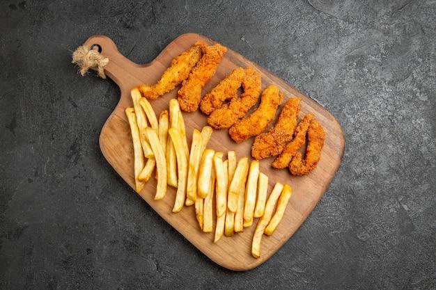 Жареный цыпленок с жареным картофелем на праздник