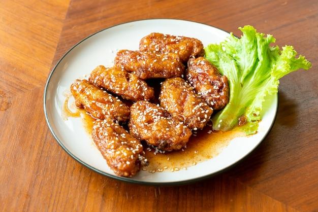 한국 매운 소스와 흰 깨를 곁들인 프라이드 치킨