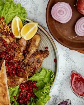 양파와 석류를 곁들인 프라이드 치킨