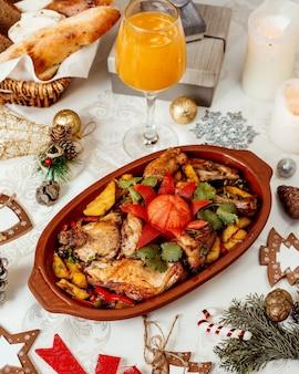 Pollo fritto con patate e verdure