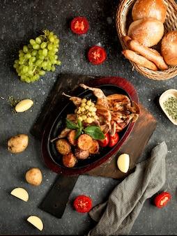 フライドチキンとポテト、トマト、ブドウ