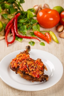Sambal balado와 프라이드 치킨 sambal balado와 프라이드 치킨은 padang west sumatra의 전통 음식입니다