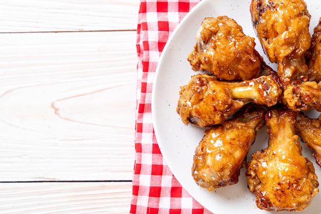 Жареная курица с соусом