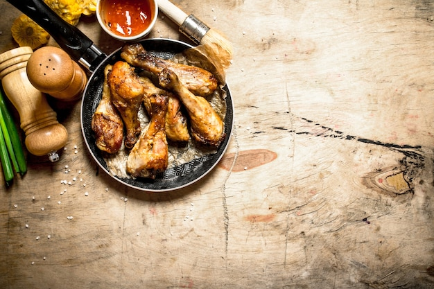 나무 테이블에 토마토 소스와 함께 프라이드 치킨