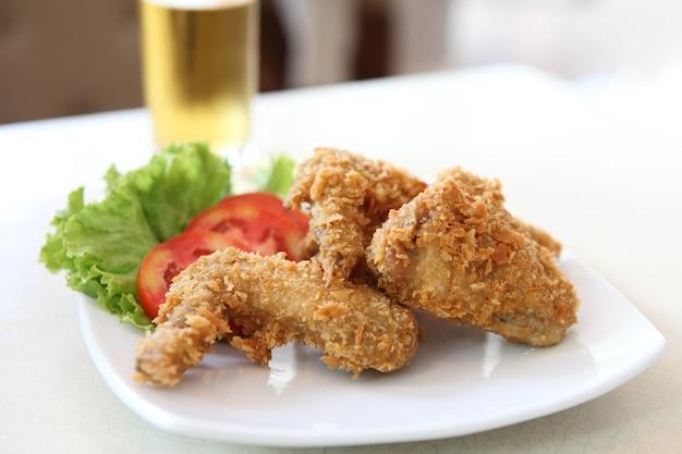 Жареный цыпленок с помидорами, овощами и пивом