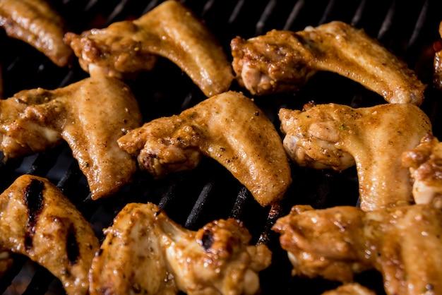 그릴 바베큐에서 튀긴 chiken 날개. 레스토랑.