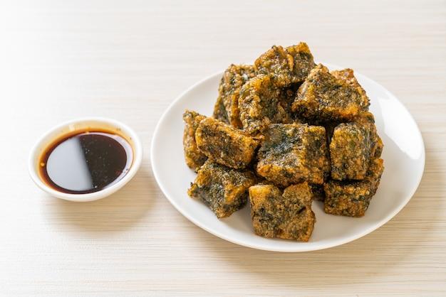 揚げチャイブ餃子ケーキ-アジア料理スタイル