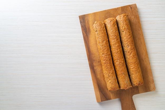 나무 판자에 튀긴 중국 생선 케이크 또는 생선 공 라인
