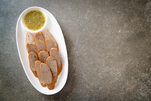 매운 해물 디핑 소스를 곁들인 튀긴 중국 어묵 또는 생선 볼 라인