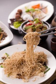 カニ、タイのスタイルで揚げ中国ラウンド麺