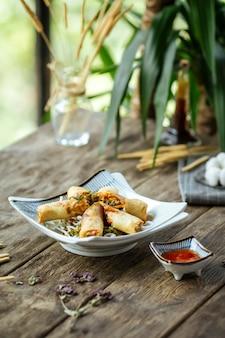 中国の春巻き揚げ甘いチリソース