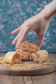 Biscotti fritti con uvetta gialla e zucchero a velo in superficie.