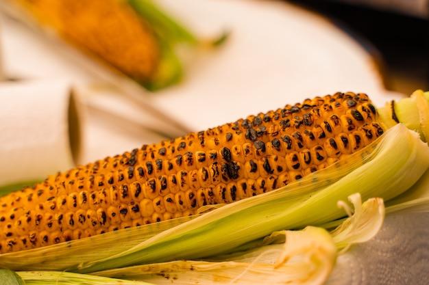 거리에 그릴에 튀긴 옥수수입니다. 터키 시장에서 건강한 길거리 음식.