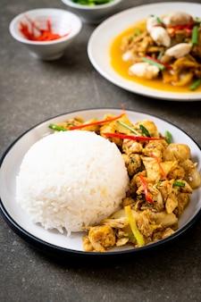 Жареный краб в порошке карри с рисом