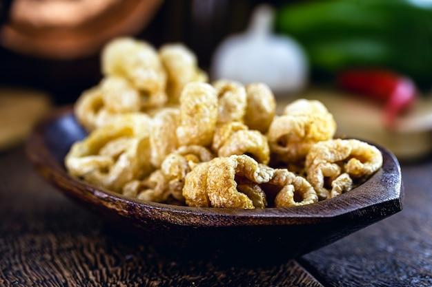 揚げたパチパチ、ブラジル料理とアジア料理の典型的な料理