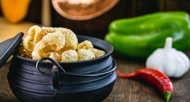 揚げパチパチ、鋳鉄鍋でブラジル料理の典型的な料理