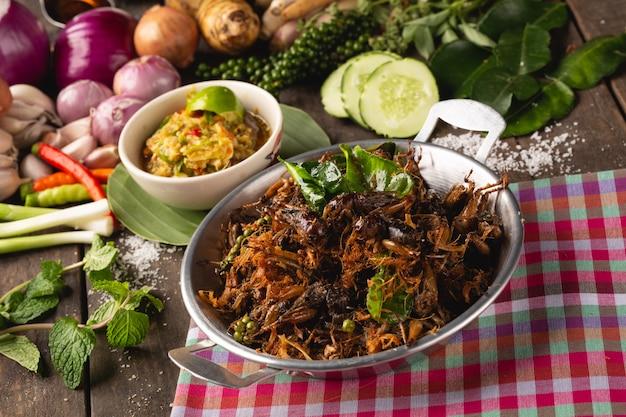 Жареный крикет с травами для здоровья, [isan food, жареный крикет с травами, isan thai, тайская еда
