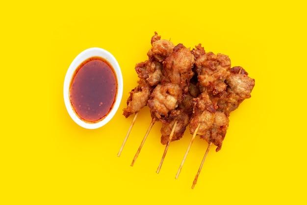 Жареные хрустящие куриные шашлычки, уличная еда в тайском стиле