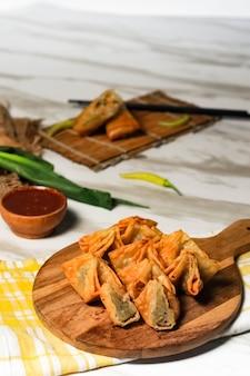 Жареные пельмени индонезийские деликатесы с острым соусом чили